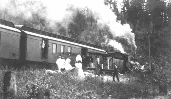 Loading_Strawberries_onto_a_Train_in_the_Creston_Valley